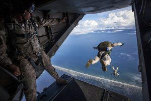 saltando de un avion